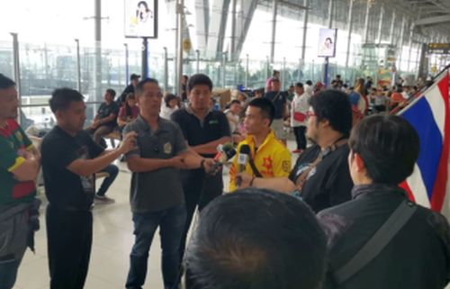 Sor Rungvisai April 17 at Bangkok's International Airport being interviewed by local Thai Sports Media fightnewsasia